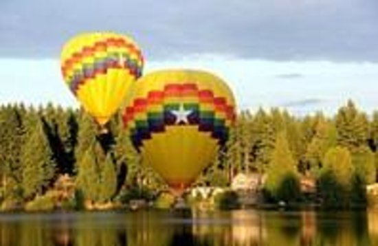 Cottage Lake Gardens Bed and Breakfast: Hot air balloons viewed from deck over Cottage Lake