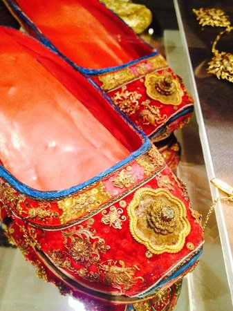 Straits Chinese Jewelry Museum Malacca: Embroidery shoes for the Nyonya brides