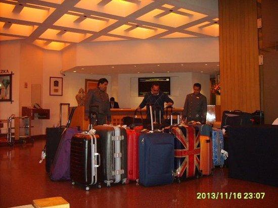 Hotel Royal Reforma: PERSONAL TRABAJANDO EN EL LOBBY