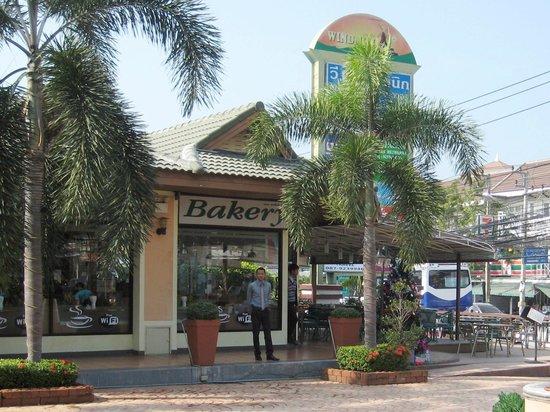 The Balcony Restaurant and Bakery : Eingang am Windmill Plaza