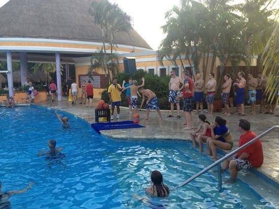 IBEROSTAR Paraiso Del Mar : basketball at the pool