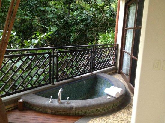Arenas del Mar Beachfront & Rainforest Resort: Spa tub on balcony