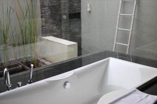 Water Edge Villa: big indoor and outdoor bathroom
