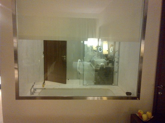 Dusit Thani LakeView Cairo: Bathroom as seen from the Room