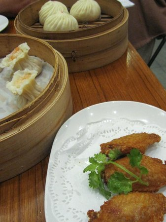 Din Tai Fung (Marina Bay Link Mall): Steamed buns, dumplings and chicken wings