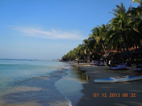 Saigon Phu Quoc Resort: Vista à direita da praia privativa do hotel.