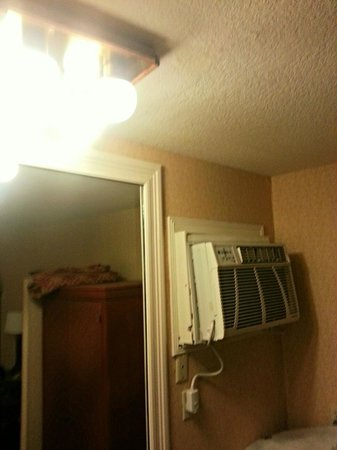 BEST WESTERN PLUS Anaheim Inn: Poor HVAC install and 80's light fixture