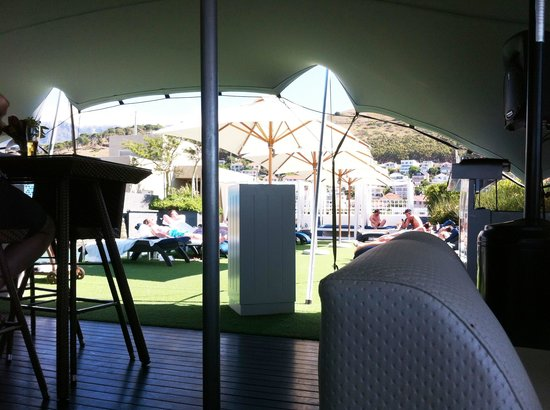 Cape Royale Luxury Hotel: Skybar seating area