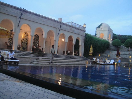 The Oberoi Amarvilas: Pool at sunset