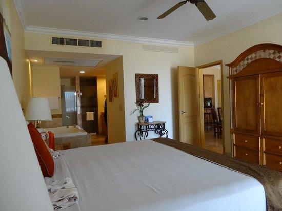 Villa del Arco Beach Resort & Spa: bedroom and through to #1 bath.