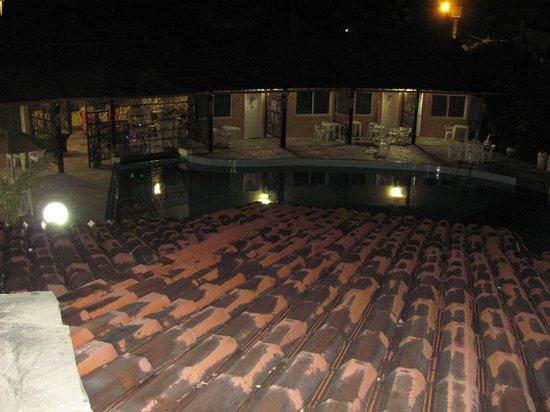 Pousada Aldeia dos Ventos: La piscina en la noche desde el area recreativa