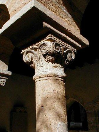 Le Trésor d'Alice : Colonne du cloître de Salles Arbuissonnas, tout proche du Trésor d'Alice