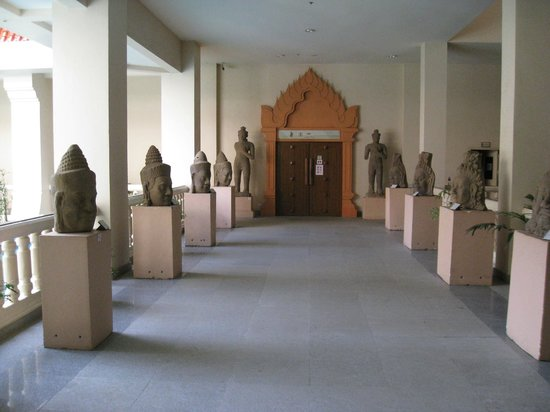 Angkor National Museum: Hallway Between Galleries