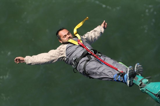Auckland Bridge Bungy - AJ Hackett Bungy : Now u enjoy