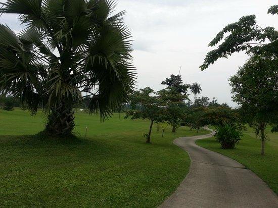Le Meridien Ibom Hotel & Golf Resort: Walking down the path towards hole 18