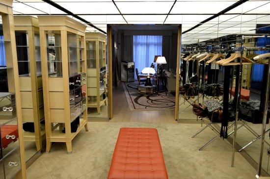 Le Royal Monceau-Raffles Paris: Le dressing de la suite