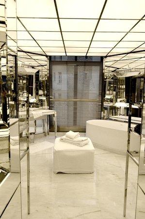 La magnifique salle de bain recouverte de miroirs - Photo de ...