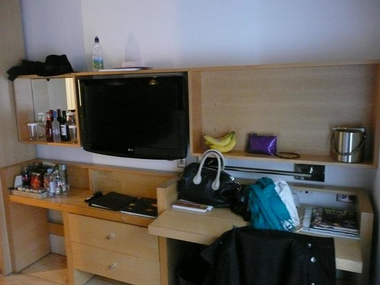 Duane Street Hotel: tv/desk area