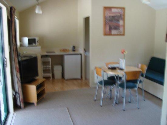 Waitomo Top 10 Holiday Park : Living area