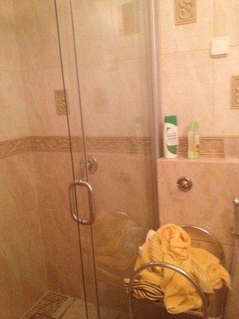 Skapo Apartments : Маленькая и холодная ванная комната, стиральной машинки - нет