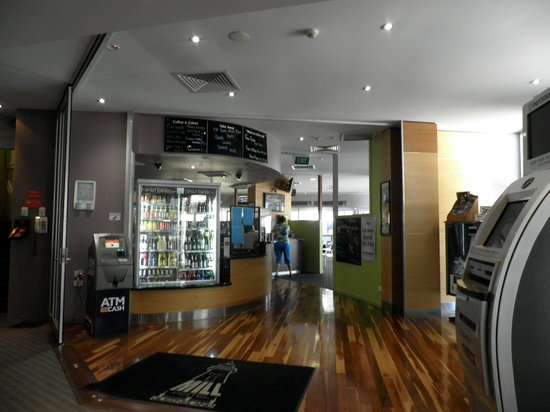 Metro Hotel Tower Mill: Entrance to the bar / cafeteria / gaming room
