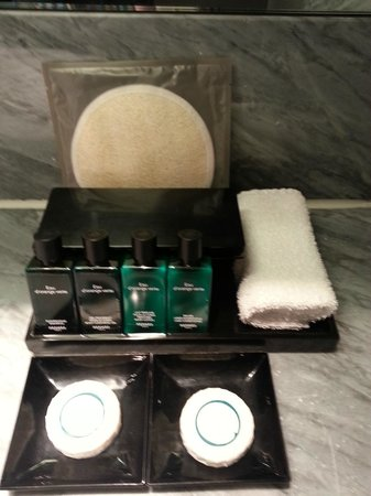 Sofitel Hamburg Alter Wall: Prestigue suite - Hermes shampoo