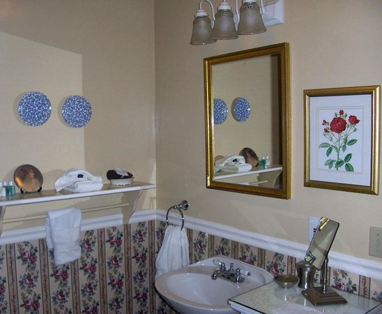 Victorian Ladies Inn: Leopold room's bathroom