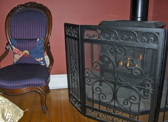 Victorian Ladies Inn: Leopold room's gas-burning stove