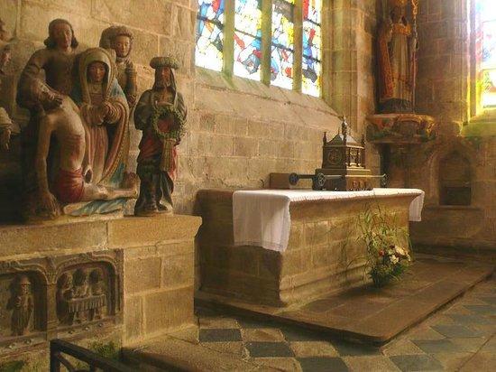 Centre Historique de Locronan: Locronan: Francia: Pietà in pietra
