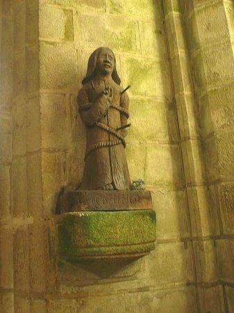 Centre Historique de Locronan: Locronan: Francia:  statua in legno nella chiesa
