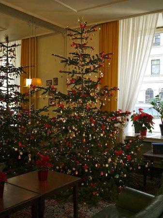 Hotel Brack: ロビーラウンジにおかれたクリスマスツリー