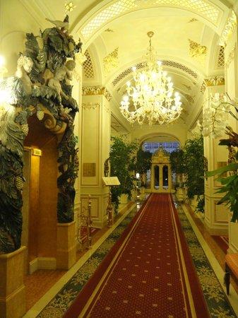 Grand Hotel Des Iles Borromees : Corredor principal de acesso.