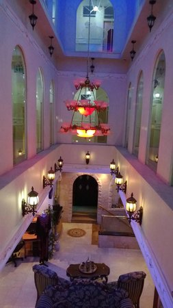 Hashimi Hotel: Вид с третьего этажа вниз. Внутри отеля.