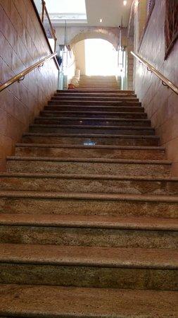 Hashimi Hotel: Лестница от дверей ведёт сразу на второй этаж, именно там ресепшн