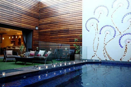 The Pyramid Day Spa: outdoor pool area