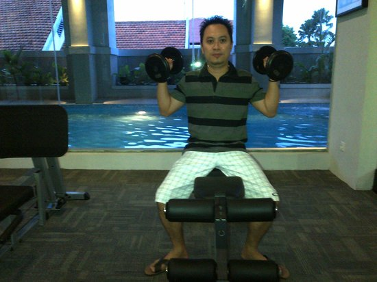 Grand Darmo Suite by AMITHYA : tempat gym view kolam renang