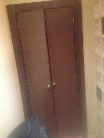 Hostal Ballesta: Room 308 Closet