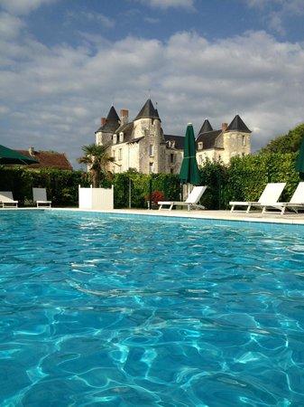 Chateau de Marcay: vue piscine magnifique