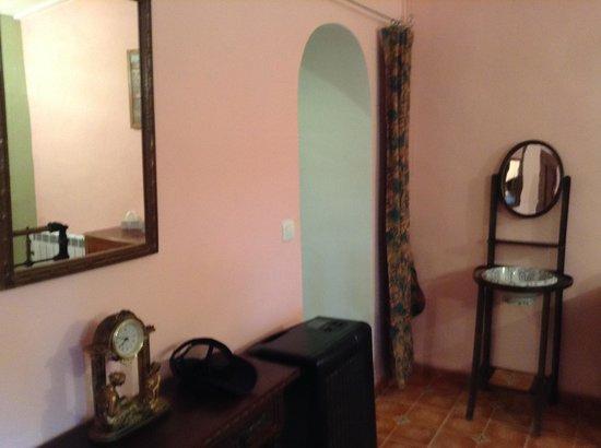 Casa Almendro: Bedroom with private bathroom