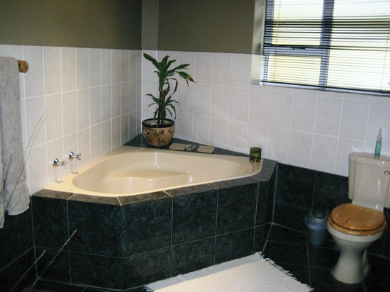 The Roundhouse Guesthouse: Modern bathroom separate bath & shower
