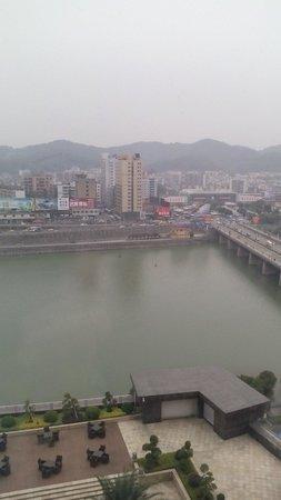 Ramada Plaza Shaoguan City Centre : 從房间可以望到對面江,晚上夜景唔錯!酒店裏的飲食ok,出入很方便!