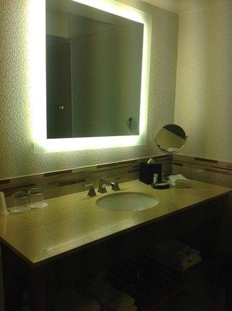 The Westin Georgetown, Washington D.C. : Banheiro espaçoso e bem iluminado