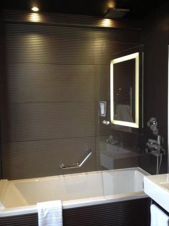 Maison Albar Hotel Opera Diamond, BW Premier Collection: Bath tub