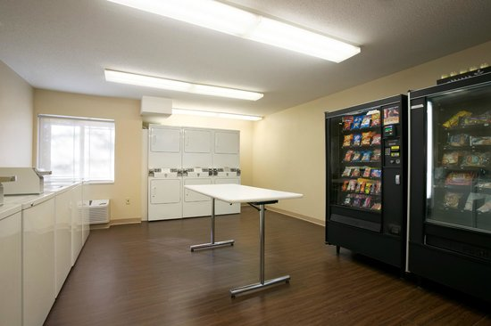 Hawthorn Suites by Wyndham Greensboro: Laundry Area