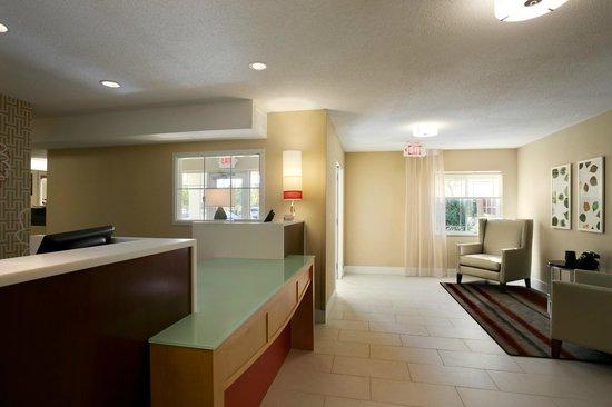 Hawthorn Suites by Wyndham Greensboro: Lobby