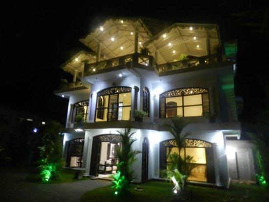 Ridee Villa: Вечерний вид отеля