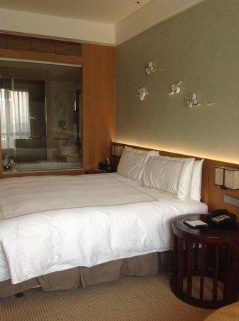 InterContinental Suzhou: Bequemes Bett mit Blick ins Bad