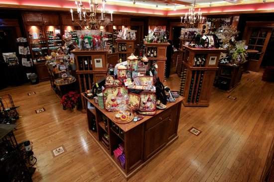 Lynfred Winery: The gift shop changes seasonally