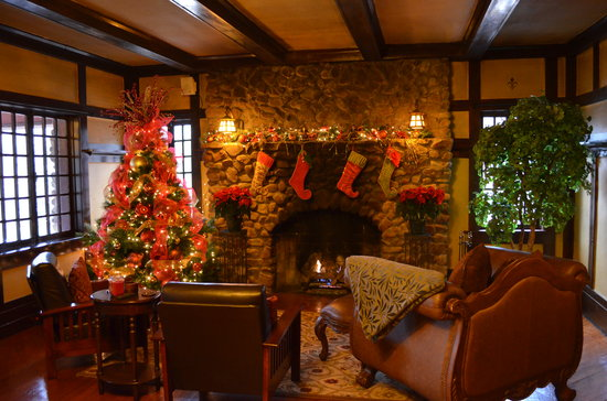 Hilltop Manor Bed & Breakfast : Christmas in the Common Room