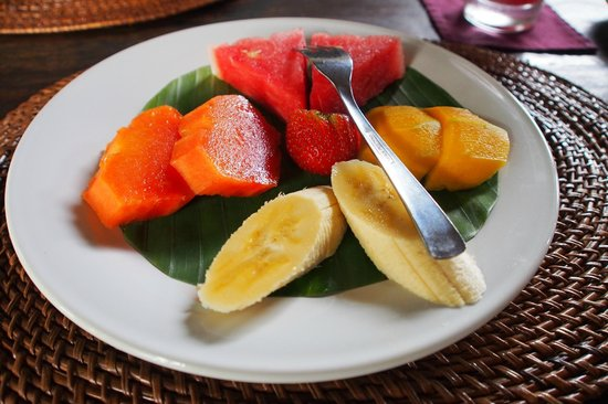 Junjungan Ubud Hotel and Spa: A plate of fruit serving before your breakfast